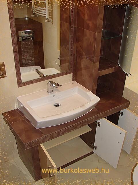 építettmosdó bútor polcokkal