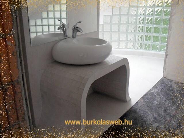 épített mosdó hajlított lábakkal