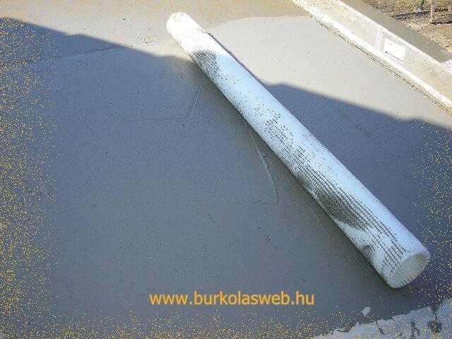 üvegszövet háló beágyazása vízszigetelő anyagba